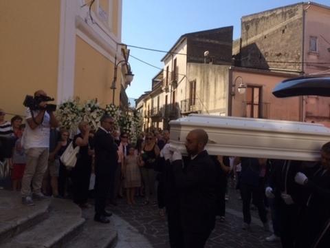 Benevento i funerali della piccola maria il for Foto della piccola casa