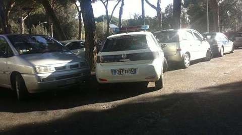 Roma, parcheggio selvaggio dell\'auto dei vigili per andare a fare ...