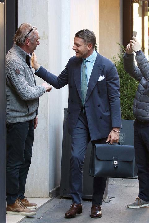 Lapo elkann esce dal ristorante cracco a milano olycom for Ristorante murales milano