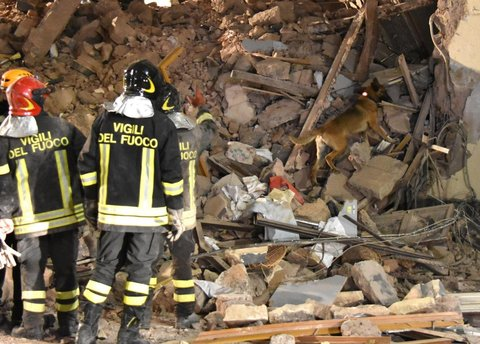 Catania crolla palazzina un morto quattro feriti gravi for Piani del centro di intrattenimento della fattoria