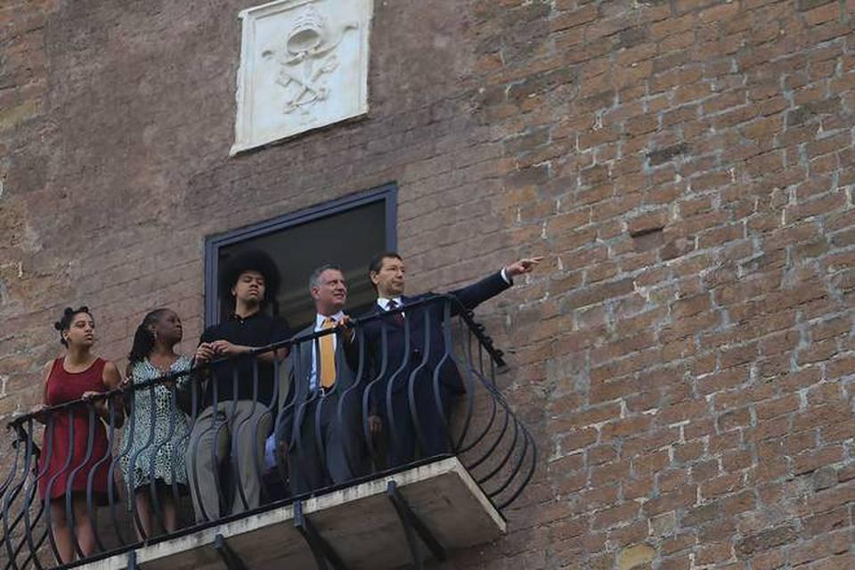 Il sindaco di new york be blasio e famiglia in visita al for Casa famiglia new york