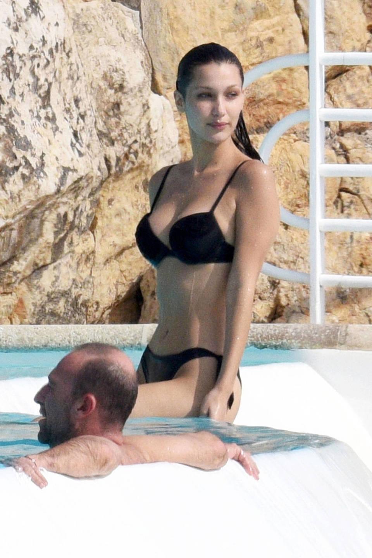 Bella hadid bikini nero in piscina a cannes il for Bikini piscina