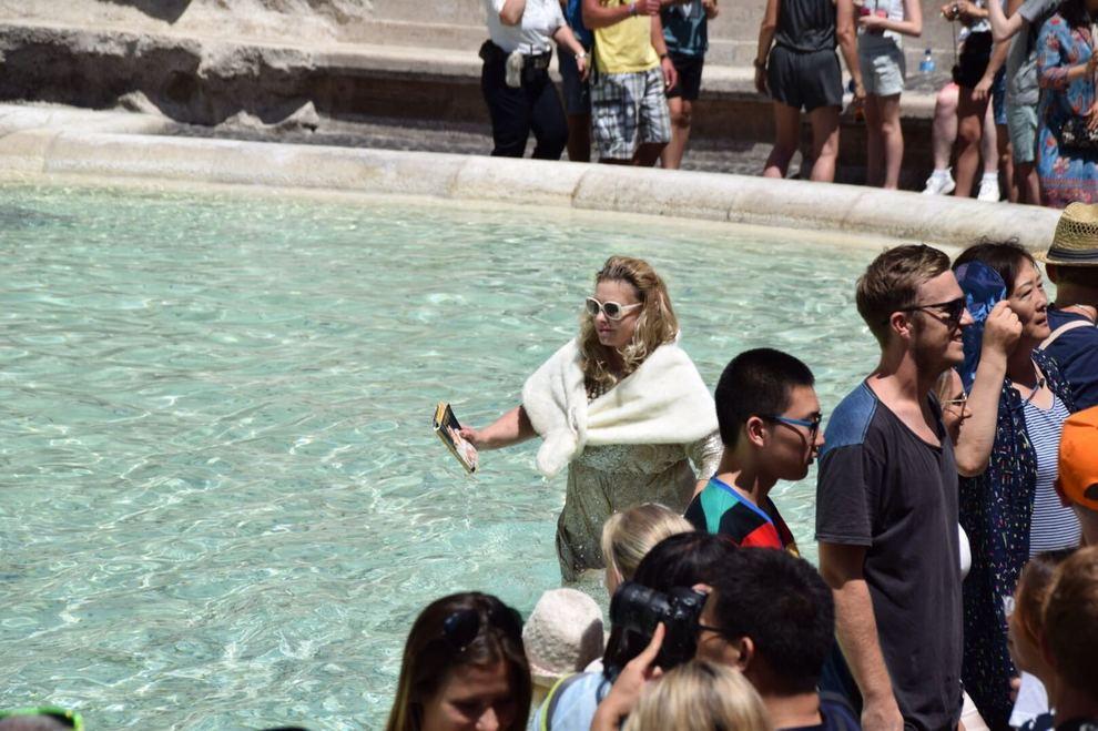 Roma turista si fa il bagno nella fontana di trevi il for Ibiza a maggio si fa il bagno