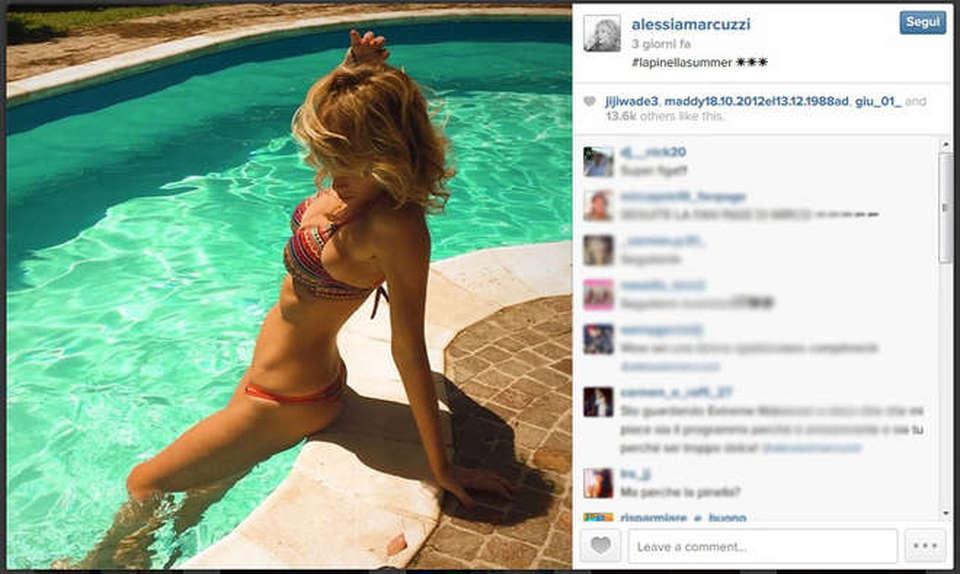 Alessia marcuzzi in bikini in piscina instagram il for Bikini piscina