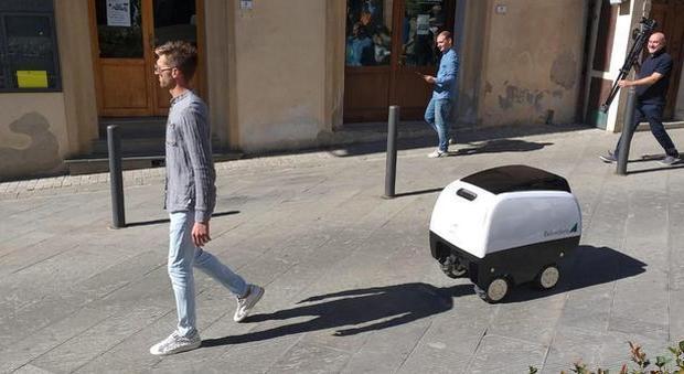 Dal supermercato a casa, entra in servizio il primo robot carrello della spesa