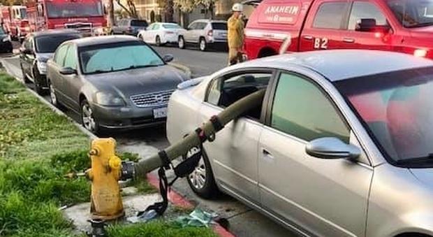 Parcheggia l'auto davanti all'idrante, i pompieri la riducono così