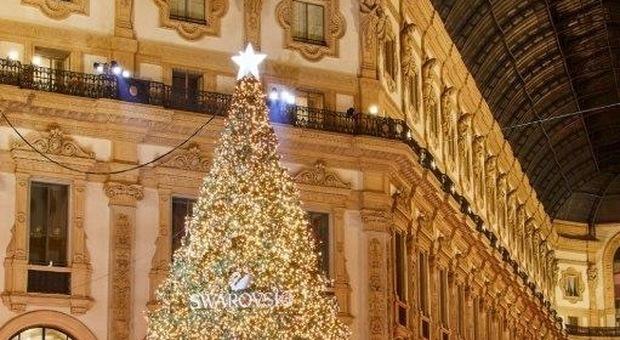 Albero Di Natale Milano.Swarovski E Belen Rodriguez Acceso L Albero Di Natale Di Milano