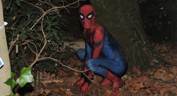Ariccia uomo ragno e topolino insieme nella foresta incantata