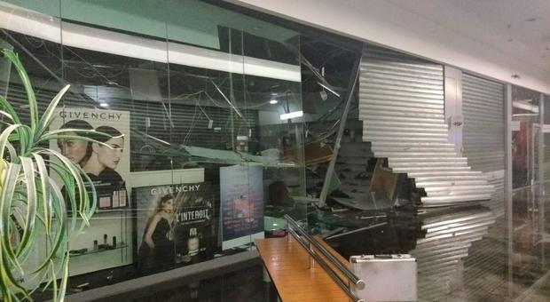 nuovo concetto 9df49 fae16 L'Aquila, assalto al centro commerciale Globo: spaccata con ...