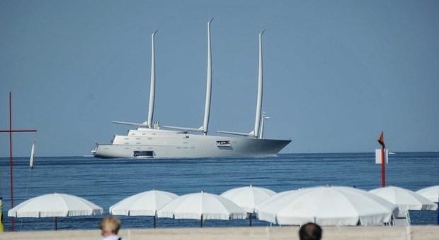 A Ostia Appare Lo Yacht A Vela Progettato Dall Archistar Philippe Starck